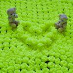Красивый салатовый плед из помпонов с медвежатами