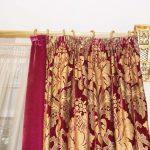 Красивый золотистый карниз с рифленной штангой и эксклюзивными кронштейнами и наконечниками