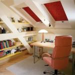 Рулонные шторы на мансардных окнах домашнего кабинета