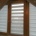 Шторы зебра на окнах комнаты в чердаке частного дома