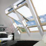 мансардные окна с белыми шторами