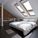 Большие окна на потолке спальни