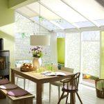 Дизайн кухни-столовой с окнами на потолке