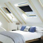 Синие подушки на белой кровати