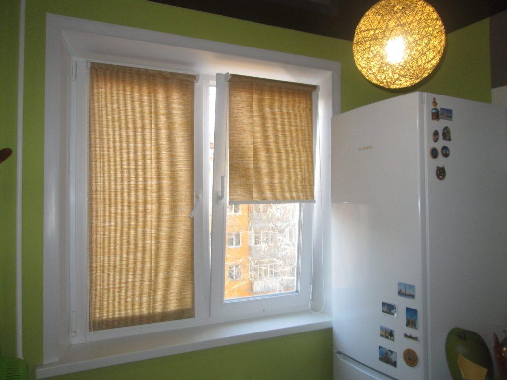 Мини рулонная штора в интерьере кухни