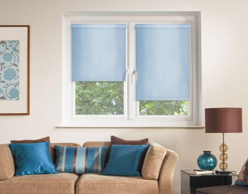 Голубые рулонные шторы Эскар на пластиковом окне