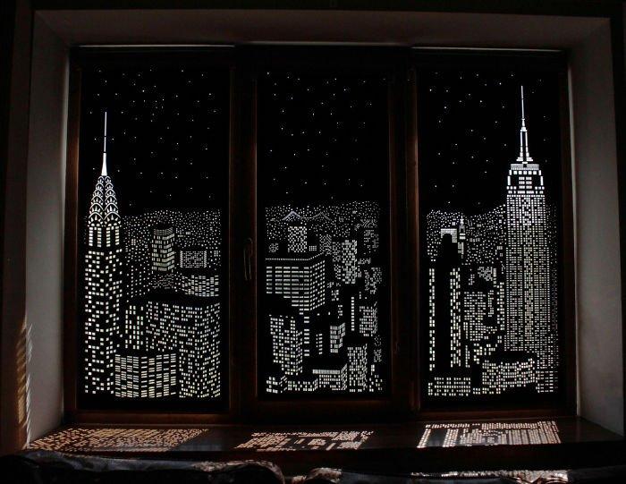 Рулонные шторы с перфорацией ночной город на ПВХ-окне