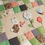 Одеяло для малыша из разных лоскутков и с апликацией в середине