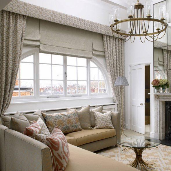 Однотонные римские шторы в гостиной