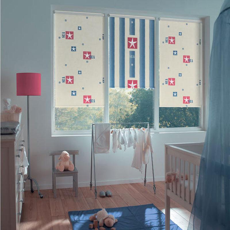 Рулонные шторы открытого типа в детской для маленького мальчика