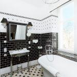 Овальный карниз для шторы в бело-черной ванной