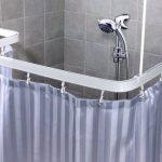 Пластиковый изогнутый карниз для шторы в ванной