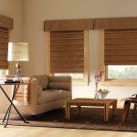 Плотные коричневые римские шторы в комплекте с ламбрекеном