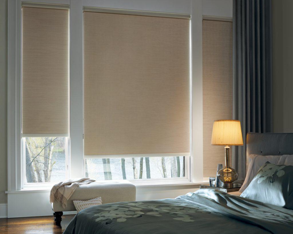 Мини шторы блэкаут в интерьере спальни