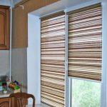 Полосатые рулонные шторы для кухонного окна