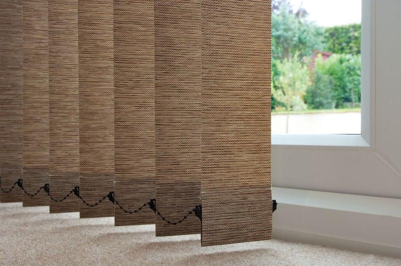 Ламели вертикальных тканевых жалюзи коричневого цвета