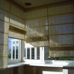 Полупрозрачные римские шторы для балконных окон