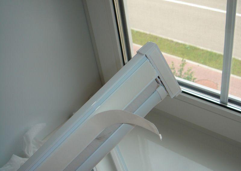 Двусторонний скотч на корпусе рулонной шторы