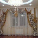 Прозрачная гардина дополняет эффектные шторы с ламбрекеном
