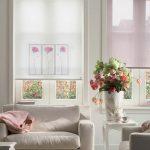 Ваза с живыми цветами в интерьере гостиной