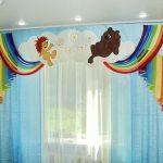 Радужный ламбрекен с облаками для детской комнаты