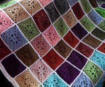 Разноцветные квадратики из остатков пряжи для яркого пледа на диван
