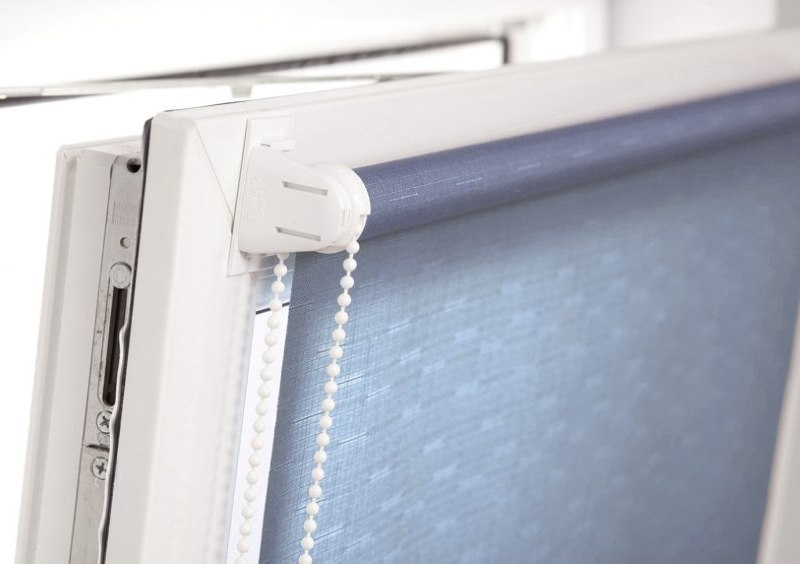 Подвижная створка ПВХ-окна с рулонной шторой