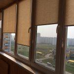 Роллеты из натуральной ткани на застекленном балконе