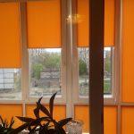 Оранжевые роллеты из плотной ткани
