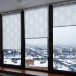 Открытые рулонные шторы с полотном из легкой ткани