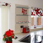 Крупные цветки на кухонных шторах