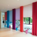 Разноцветные шторы на панорамном окне