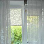 Легкая тюль на окне с рулонными шторами