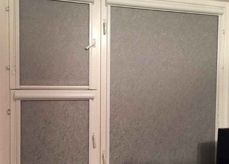Закрепление рулонных штор на деревянном окне с форточкой
