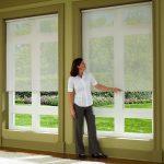 Высокие окна с полупрозрачными рулонными шторами