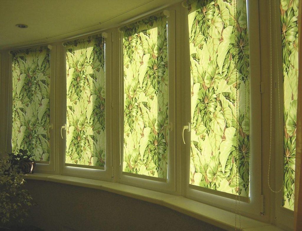 Рулонные шторы с растительным рисунком на балконе