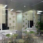 Рулонные шторы двух цветов в уютное кафе