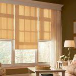 Рулонные шторы из трех частей и классические шторы в гостиной