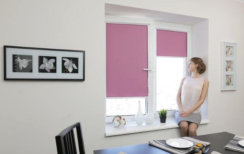 Розовые рулонные шторы на пластиковом окне кухни