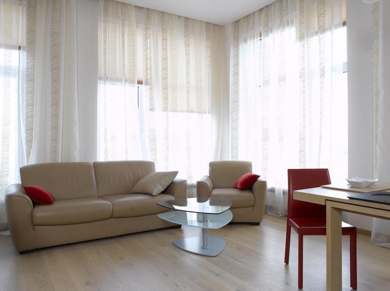 Сочетание прозрачного тюля с рулонными шторами в стиле минимализма