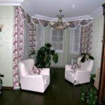 Гибкий карниз, встроенный в потолочную нишу в гостиной