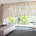 Широкие рулонные шторы для спальни с панорамными окнами