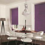 Фиолетовые шторы на окнах гостиной