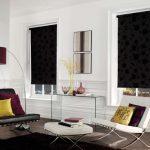 Окна гостиной с черными шторами