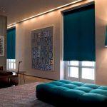 Темно-синие шторы рулонного типа