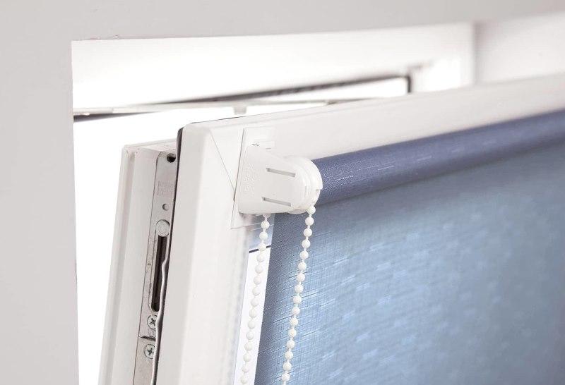 Рулонная штора на откидной створке пластикового окна
