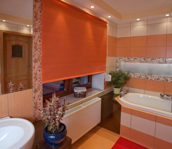 Оранжевая штора блэкаут в интерьере ванной комнаты
