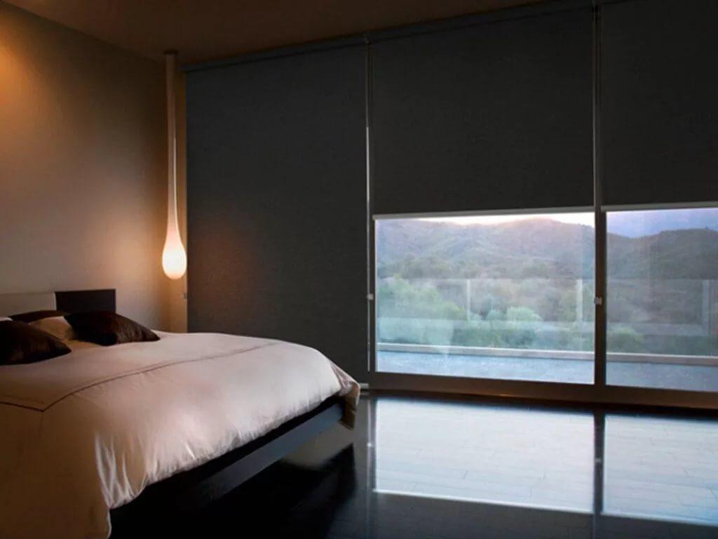 Темные шторы блэкаут на панорамном окне спальни