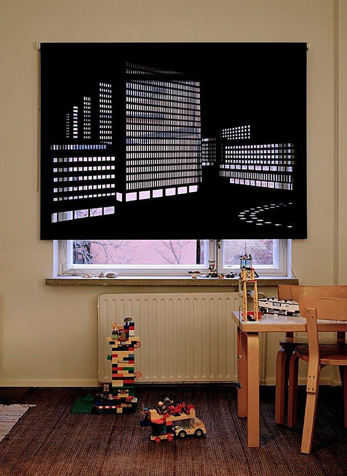 Окно в детской с перфорированными шторами ночной город