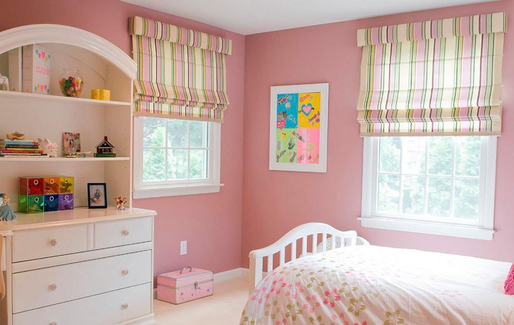Римские шторы в полоску на окнах в детской комнате
